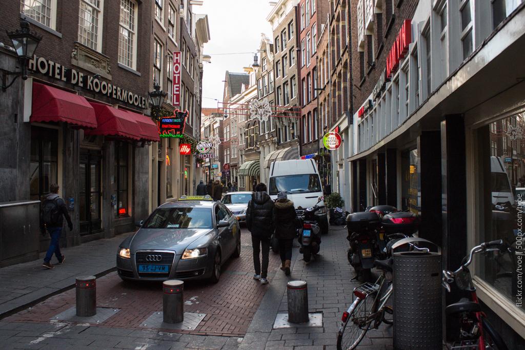 Узкая дорога в Амстердаме