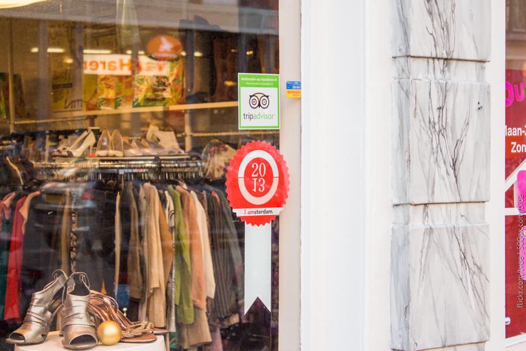 Наклейки на магазине одежды в Амстердаме