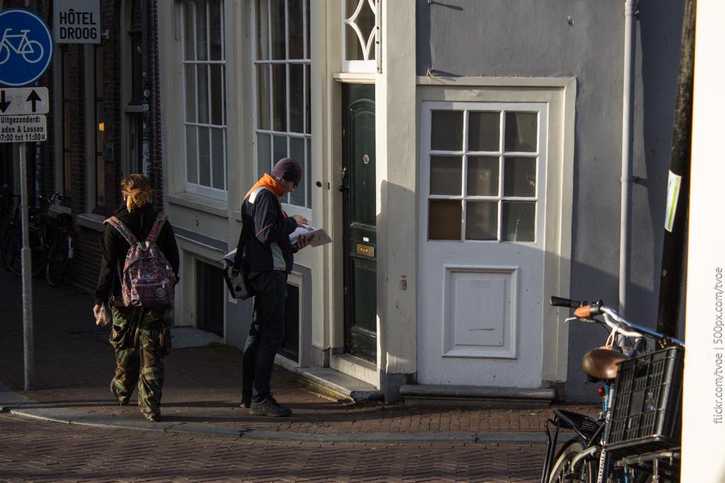 Почтальон доставляет почту в Амстердаме
