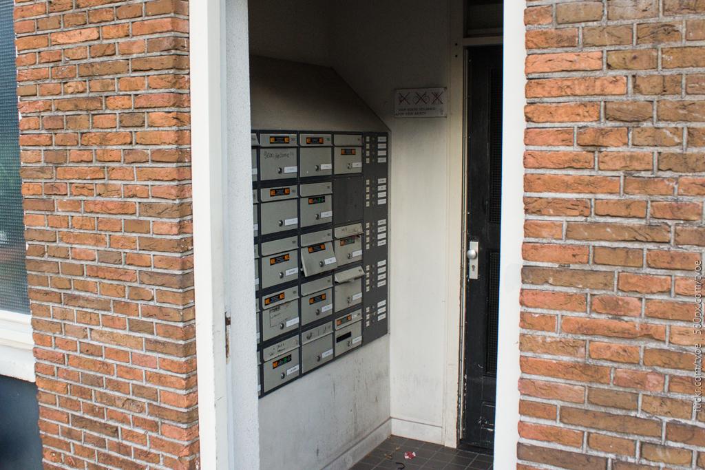 Почтовые ящики в Амстердаме и подъезд