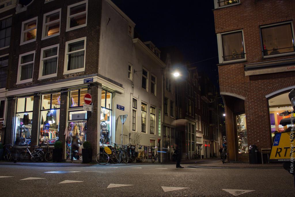 Амстердам вечером. Улица Ньивендейк