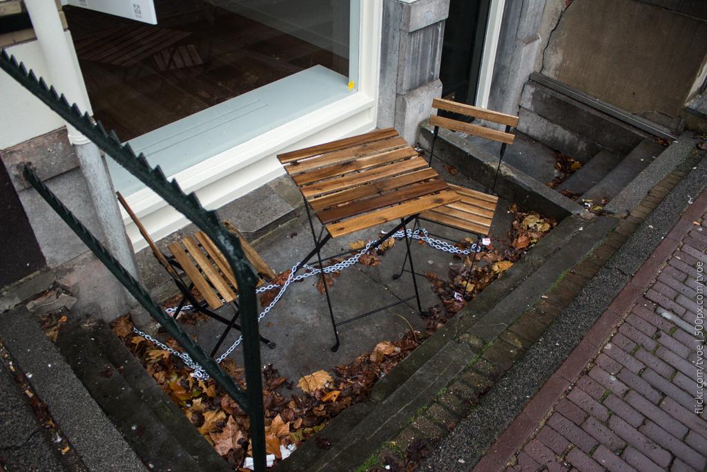 Стулья прикованы в Амстердаме