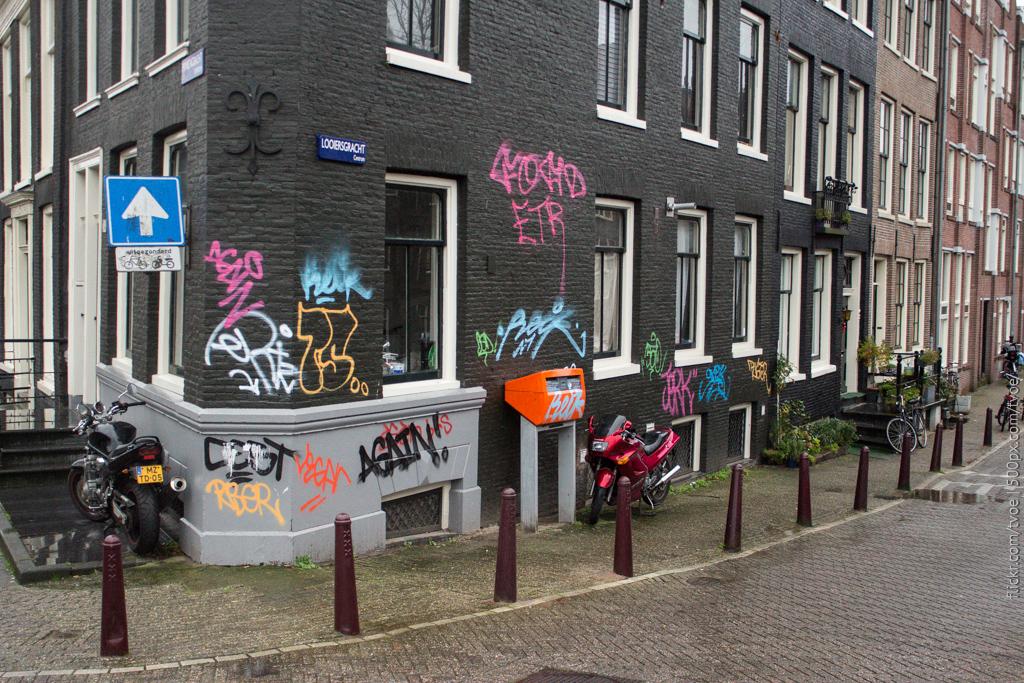 Граффити на углу дома в Амстердаме