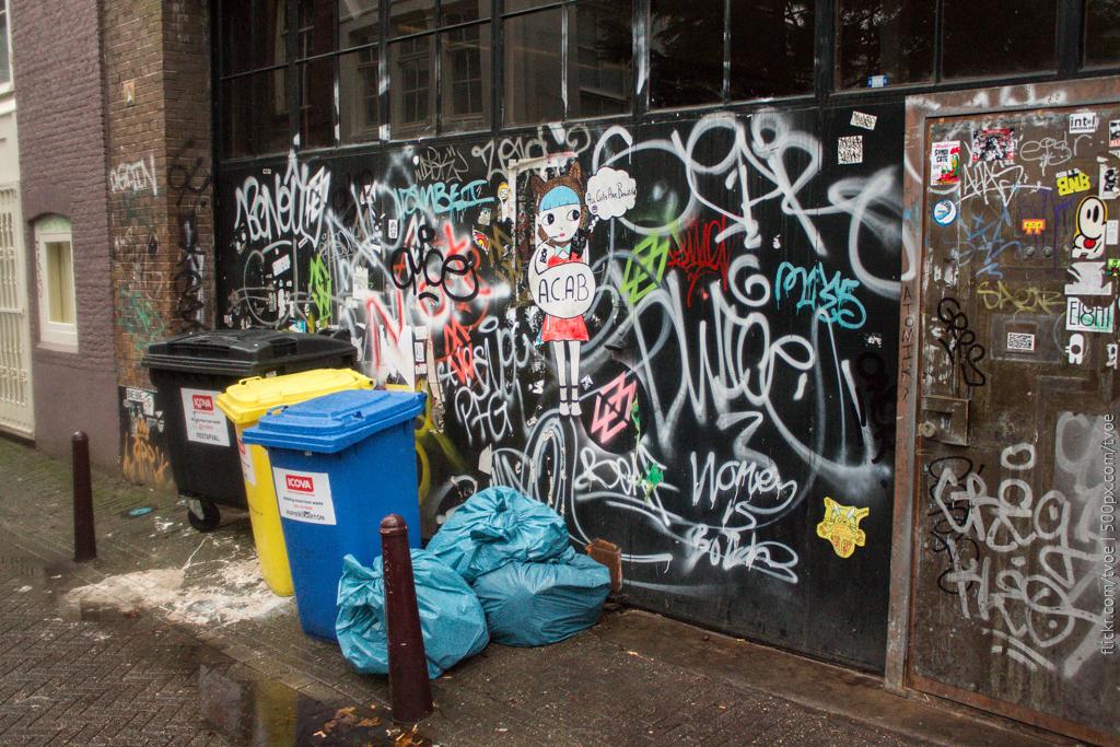 Граффити, мусор и наклейки в Амстердаме