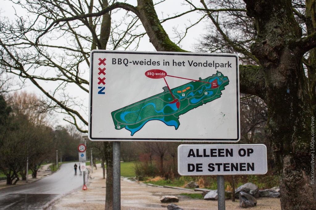 Указатель с картой мест для шашлыка в парке Вондела