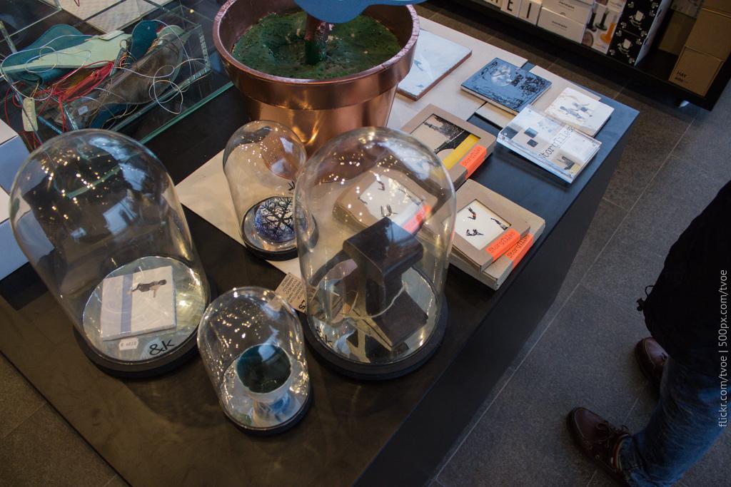 Кусок рельсы в магазине музея современного искусства Амстердама