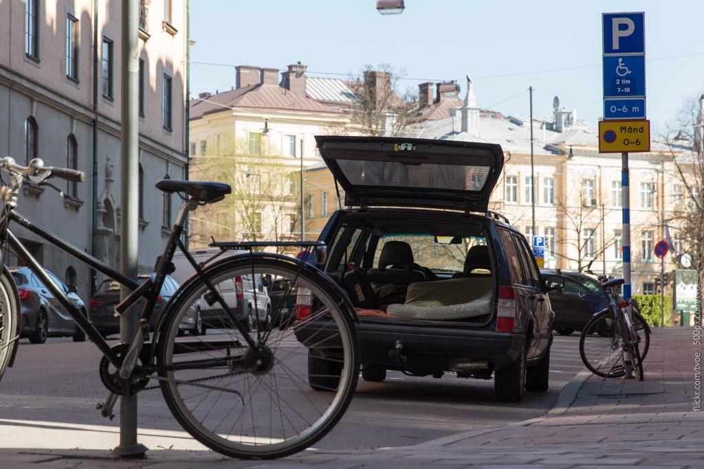 Автомобиль с открытым багажником