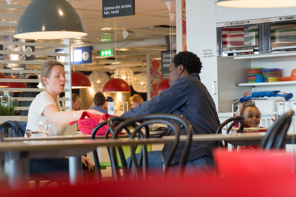 Семья ест в Икее в Стокгольме