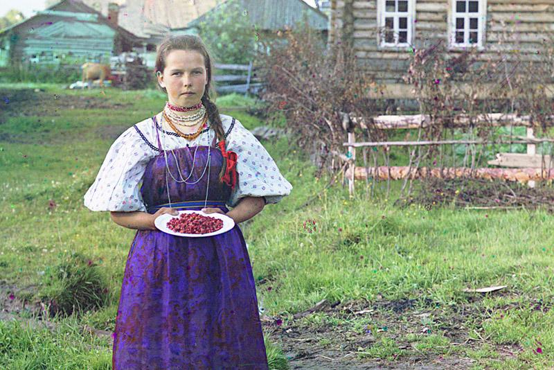 Девушка в сарафане и с ягодами Прокудина-Горского